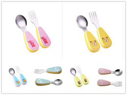столовые приборы Скидка Прекрасный новорожденный ребенок из нержавеющей стали Вилка Ложка ABS ручка столовые приборы наборы дети кормление детей посуда безопасные инструменты 6 цветов подарок
