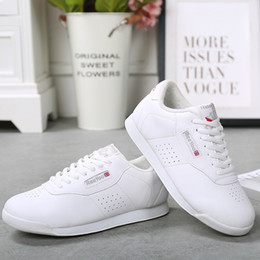 Современные кроссовки для танцевальной обуви онлайн-New arrival kids' sneakers children's soft microfiber modern Jazz dance shoes white competitive aerobics shoes size 28-38