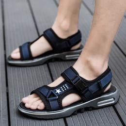 Sandali da spiaggia casual da uomo di design di marca coreana open toe  calzature da spiaggia appartamenti piattaforma scarpe estive giovane  studente sandale ... 5637dd7aa45