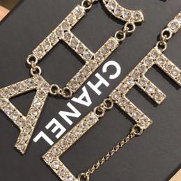 Gotas de oreja de diamante online-104PCS diamantes brillantes Pendientes Cartas de marca Cuelgan Gota de plata Perlas Pendientes para mujeres Boda Fiesta Jewelr nuevo Diseñador PS6786A