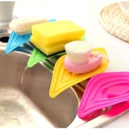 Tipi portaoggetti online-1 pz Leaf tipo Holder Kitchen Sink Sponge Holder Anello scorrevole Foglie Porta Sapone Lavello Scarico serbatoio portaoggetti colore casuale