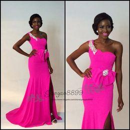 2019 formas africanas do arco 2019 Moda menina negra fúcsia sereia dividir vestidos de baile com cristais de proa frisada um ombro africano formal noite celebridade vestido de festa formas africanas do arco barato