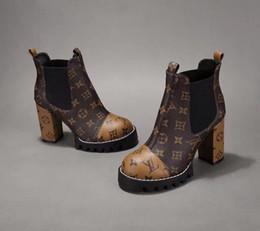2019 zapatos de trabajo de bronceado 2019 Buscar similar rastro de la estrella bota del tobillo de tacón alto de los zapatos de tacón Botines Botas de cuero con parches de marca Botas de tacón L05