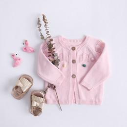 Niñas cardigans de primavera online-INS ropa de bebé para niños suéter Cárdigan con botones Suéter de cuello redondo Con bolitas de lana Boutique niña suéter de primavera y otoño