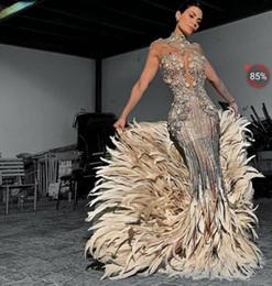 Kim kardashian vestido de penas on-line-Vestido de noite Yousef aljasmi Kim kardashian Sereia Alta pescoço Feather Silver Beads Long vestido Cristais Zuhair murad Ziadnakad 0011