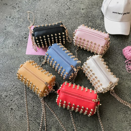 Hot 2019 Kids Shoulder Bags Girl Mini coreano Full Rivet Cross Body Bags para niños niñas bebés Monederos Bolsas de mensajero desde fabricantes