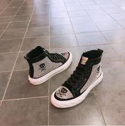 Mocasines de encaje de strass online-El diseñador británico del cráneo de los hombres Negro mocasines de moda Diamond Rhinestones Spikes hombres zapatos remaches con cordones de las zapatillas de deporte casuales Pisos E110
