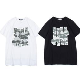 Chemise blanche manches camouflage en Ligne-2019 T-shirt Invaincu Logo Camouflage À Manches Courtes Tee Hommes Femmes Hip Hop Streetwear Noir Blanc Casual CottonTees TNI0406