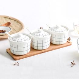 Set di 3 vasetti per spezie in ceramica vaschetta per condimenti per zucchero condimento contenitore per condimenti con coperchi cucchiai e vassoio in legno per casa e cucina da ciotole da cucina in legno fornitori