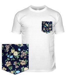 Marineblaue lederjacken online-Floral T-Shirt mit einem Mustertaschen-T-Shirt Dunkelblauer Blumendruck-Kontrast Top-Jacke Kroatien-Leder-T-Shirt