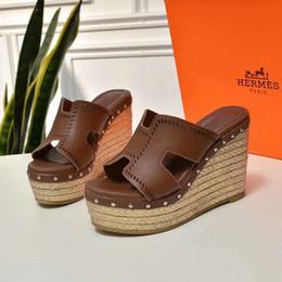 Pantoufles de sandale de paille en Ligne-Nouvelle marque haut de gamme d'été dames de paille compensées pantoufles en cuir de qualité sandales plates pour femmes occasionnels chaussures 35-40 verges livraison gratuite