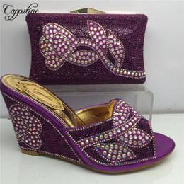 Zapatos de boda de cuñas bolsas online-El último conjunto de zapatos y bolsos de diamantes de imitación de mujer de color púrpura Conjunto de zapatos y bolsos de tacones de cuña africana para bodas 5 colores Stock Bl185c