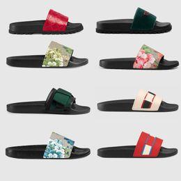 Tasarımcı Kauçuk slaytlar terlik kadın sandalet Çiçek brocade erkekler terlik dişli dipleri Çevirme kadınlar çizgili Plaj nedensel terlik Kutusu cheap brocade boxes nereden brokar kutuları tedarikçiler