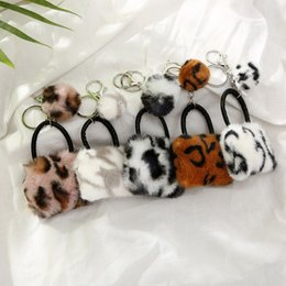 portachiavi a forma di auto Sconti Catena Faux Fur sfera chiave del fiocchetto Fluffy Donne borsa a forma di portachiavi Leopard Pom Poms Trinket Car Bag portachiavi regalo Chaveiro
