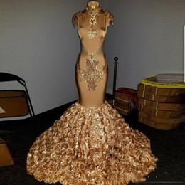2019 vestido de sirena blanca kim kardashian Cuello alto Apliques de oro Lentejuelas Encaje Sirena Vestidos de baile especiales Flores hechas a mano 3D Vestidos de noche formales Vestidos de fiesta