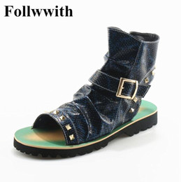 Sandália de tanga sandália de tornozelo on-line-2018 Follwwith Marca Verão Homens Sandálias Rebites Thong Shoes Gladiador Homens Ankle Strap Designers Praia Chinelos Mens Botas