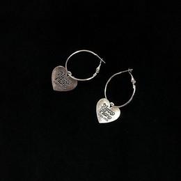 2019 brincos para meninas Japonês e coreano hip hop retro velho carta coração de prata Brinco de argola simples pêssego coração brincos legal menina brincos jóias brincos para meninas barato
