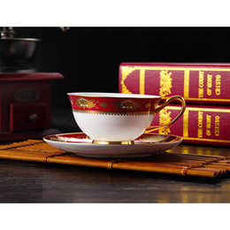 Canecas da porcelana vermelha on-line-Estilo Europeu Gilded Borda Bone China Coffee Cup Pires Vintage britânica Red Tarde Teacup definir Ceramic Flower Pattern Handle Caneca + Dish