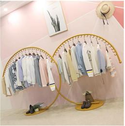 Display rack loja de roupas de criança decoração prateleira criativa display rack de pouso net loja vermelha em Zhongdao prateleira exibição cabide de ouro de Fornecedores de brinquedo educacional de desmontagem