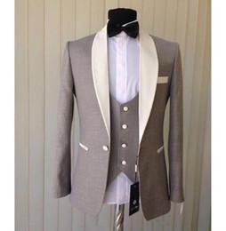 8afb3c1bbb9 2019 мужские дешёвые пиджаки Дешевые три штуки мода светло-серый жених  смокинги Слоновой Кости Шаль