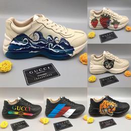 cuero de onda Rebajas La zapatilla de deporte de cuero más nueva de Rhyton con la impresión de la onda de la fresa Fresas para hombre Diseñador de lujo Zapatos casuales Moda para mujer del diseñador Zapatilla del papá
