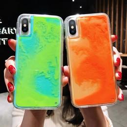 Iphone escuro da tampa luminosa on-line-Caso luminoso de néon Areia Mobile para iPhone 7 8 XS MAX X brilham no escuro líquido Glitter Quicksand capa para o iPhone 11