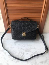 bolsa de ombro de flor preta Desconto 2018 hot classic luxo top designer de couro PU homens e mulheres em relevo bolsa de ombro diagonal três cores frete grátis