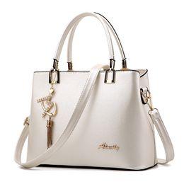 d30ddee36fafa Bolso Mujer 2019 Mode Hobos Frauen Weiße Tasche Damen Marke  Lederhandtaschen Frühling Casual Einkaufstasche Große Umhängetaschen Für  Frau günstig weiße ...