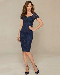kate lace plus größe kleider Rabatt Marineblau Silber Kleider für die Brautmutter Elegante Hülle Spitze Knielang Kurze Damenabnutzung Abendkleid 2019