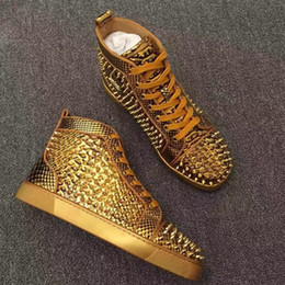 2019 hombres zapatos de pitón De calidad superior Unisex Gold Spikes Shoes Men Python Leather Outdoor Shoes Luxury Red Bottom Fashion Sneakers Rivets Hombre Casual Walking Shoes hombres zapatos de pitón baratos