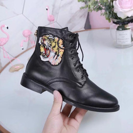 2019 botas de cuero de remache alto 2019 mujeres del diseñador de moda de calzado botas de punta redonda británicos Martin botas de hebilla de correa de tacón Chunky dedos de los pies redondos bordados Moda Ankle Boots v1