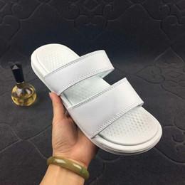 Cómodos zapatos hombres online-Benassi Sandalias de verano Zapatillas para hombre Zapatos de diseñador ocasionales Vestido de mujer Cómodo interior Slip On Scuffs Playa al aire libre Zapatillas de playa 36-45