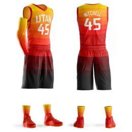 camisa de basquete conjunto homens Desconto 2018 Juventude Dos Homens Personalizado Basquete Jerseys Conjuntos Donovan Mitchell Jersey Roxo Camisa de Basquete Design Personalizado Atacado
