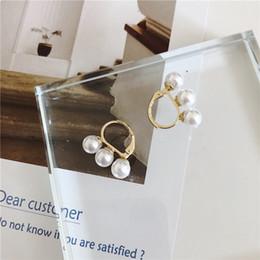 Candelabros baratos para bodas online-Stud barato 2019 Nuevo Stud pequeño de tres perlas para mujer Pendientes minimalistas simples Aros Bodas Candelabros Pendientes Joyas
