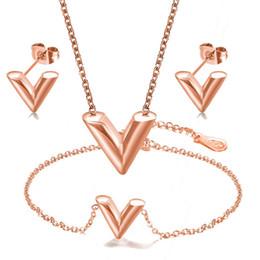 La nueva manera de oro rosa de oro V de la cadena inicial Carta de titanio Collar de acero inoxidable pulsera del pendiente del perno prisionero de la joyería de la venta al por mayor para las mujeres desde fabricantes