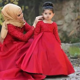 Vestito per la figlia prom online-2019 Musulmano maniche lunghe Flower Girl Dress per Wedding Red Lace Satin Skirt Bambini Pageant Prom Wear Cheap Mother and Daughter Birthday Dress