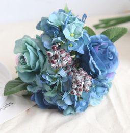 Синий букет искусственных роз свадебные креативные украшения диаметром около 21 см включают розу, гортензию и ягоды бесплатная доставка WT037 от Поставщики шелковые ленты
