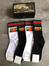 2019 chaussettes chaussettes de défilé de mode européenne les plus récentes pour hommes femmes chaussettes de broderie deux noir 2 blanc 4 paires dans une boîte-cadeau ? partir de fabricateur