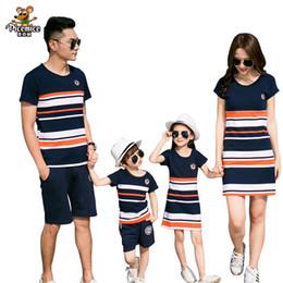 2020 meninos 5 t camisa listrada Família Roupas Combinando 2019 verão Moda T-shirt Listrada Roupas Vestidos De Mãe E Filha E Pai Filho Bebê Menino Menina meninos 5 t camisa listrada barato