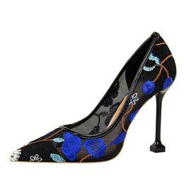 Argentina Diseñador de zapatos de vestir de las mujeres de moda retro sexy discoteca Slimy flores silvestres de malla hueca vestido de encaje fiesta casual mujer suave del todo fósforo Suministro