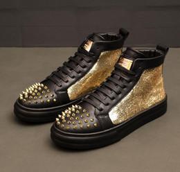 2020 NEU Luxus Männer Bling Patchwork verzierte Niet Spitzen flache Schuhe Hip Hop Walking Tanz Männer Loafers Leder Kleid lässig High Tops Schuhe