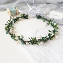Pequenas coroas on-line-Little White flores verdes Folha de fadas coroas nupciais 2020 Floresta Country Style Flores artificiais Headpieces casamento cabelo Acessórios AL2208