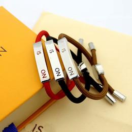 Letras gravadas on-line-Marca de moda Nomeados Pulseiras Lady V Carta Design Vermelho / Preto / Marrom Pull-out Corda Pulseira Pulseira Com 18 K de Ouro Gravura Cartas Placa De Metal