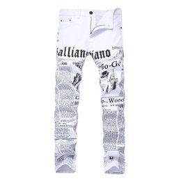 Argentina Pantalones vaqueros de los hombres blancos con un patrón de impresión Hiphop High Street Fashion Slim Fit Plus Size Denim Trousers 42 Letter Printed cheap plus size patterned trousers Suministro