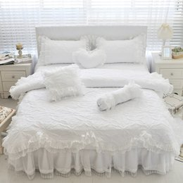 Weiße spitzenbettwäsche-sets online-100% Baumwolle dicke gesteppte Spitze weiße Bettwäsche Set Mädchen rosa Prinzessin König Queen Twin Größe Bett Set Rüschen Bett Rock Kissenbezug