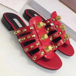 Neue ankunft mode Frau Sommer Sandalen Nieten Flip-Flops Strand Alias Femininas Flache Designer Sandalen Frau schuhe Niet hausschuhe große 41 von Fabrikanten