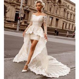 spitze über knie brautkleid Rabatt Über dem Knie Mini Mantel Spitze Brautkleider mit abnehmbarem Zug Sexy Weg von der Schulter Langarm Braut Brautkleider