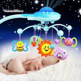 2019 celos de plástico berço Chocalhos Toy 0-12 meses Berço Móvel Bed Musical sino com Sky Estrelas chocalhos projeção dos desenhos animados Early Learning Crianças ToysMX190917