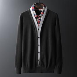 Suéter de hombre Jersey de manga larga Camisas de tartán blancas rojas Cuello falso de dos piezas Punto Botón delgado Suéter de algodón Tops de invierno desde fabricantes
