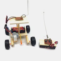 Control remoto de coche pequeño online-Estudiantes primarios y medios de ciencia y tecnología producción pequeña DIY control remoto inalámbrico modelo de carrera montaje creativo creativo